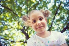 Visage enthousiaste de jolie fille en parc d'été Photographie stock