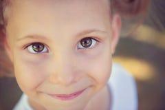 Visage enthousiaste de jolie fille en parc d'été Image stock