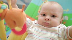 Visage fâché de bébé Portrait d'émotion infantile mignonne Enfance drôle Gosse gai banque de vidéos