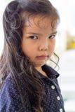 Visage fâché de fille asiatique d'enfant Photo stock