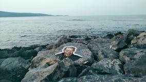 Visage fâché sur une roche image libre de droits