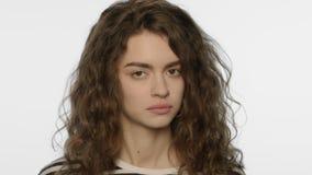 Visage fatigué de femme sur le fond blanc Expression déprimée de visage banque de vidéos