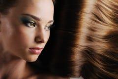 Visage femelle avec le long cheveu luxuriant photo stock