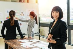 Visage femelle sûr de femme d'affaires à l'appareil-photo Photographie stock