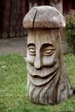 Visage heureux découpé dans le tronc en bois photo libre de droits