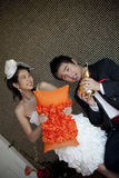 Le visage heureux du marié et la jeune mariée dans le mariage adaptent à la maison Photo libre de droits