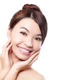 Visage de sourire de femme avec des dents de santé Photographie stock libre de droits