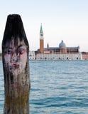 Visage humain décrit sur le pilier à Venise Photo libre de droits