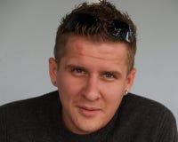 Visage/jeune homme avec des boucles d'oreille Photographie stock libre de droits