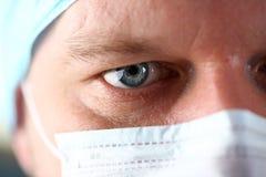 Visage masculin beau de médecin portant le masque protecteur photographie stock