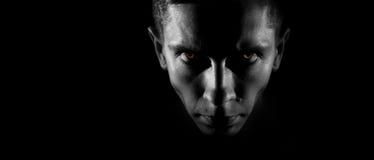 Visage masculin strict dans les yeux foncés et ardents, une image monochrome, WI Images stock