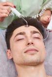 Visage masculin, thérapie microcurrent Photographie stock