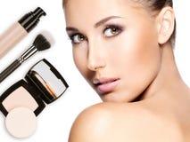 Visage modèle de belle femme avec la base sur la peau Image libre de droits