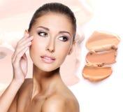 Visage modèle de belle femme avec la base sur la peau photographie stock libre de droits