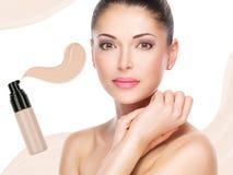 Visage modèle de belle femme avec la base sur la peau photo stock