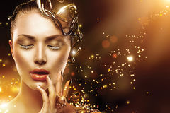 Visage modèle de fille avec le maquillage et les accessoires d'or Photo stock