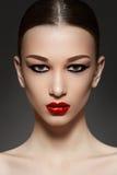 Visage modèle de luxe avec le renivellement d'eyeliner de mode images stock