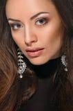 Visage modèle, maquillage de lèvres, boucle d'oreille photographie stock