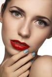 Visage modèle mignon avec le maquillage classique lumineux de soirée, eye-liner sur des yeux, rouge à lèvres rouge Photographie stock libre de droits