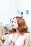Visage parti de balai de fille par le ventilateur Photographie stock libre de droits