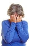 Visage pleurant de revêtement de femme âgée Photographie stock libre de droits