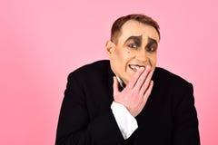Visage riant Interprète de comédien riant nerveusement Artiste Mime de pantomime avec la peinture de visage Homme avec le maquill photos libres de droits