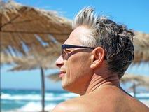 Visage romantique d'homme contre de la vague déferlante de mer. Photo stock