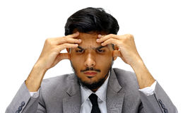 Visage sérieux de jeune homme d'affaires sur le fond blanc Image stock