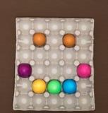 Visage souriant heureux créatif Oeufs de pâques dans le plateau photo libre de droits