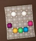 Visage souriant heureux créatif Oeufs de pâques dans le plateau image libre de droits