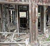 Visage souriant sur la structure en bois étripée abandonnée Image stock