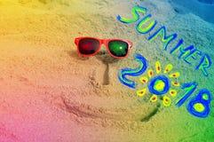 Visage sur le sable avec le sumer 2018 d'inscription Photo stock