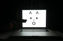Visage terrifié d'ordinateur menacé par le criminel de cyber Images stock