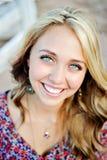 Visage vers le haut de sourire de fin d'aîné de lycée Photographie stock libre de droits
