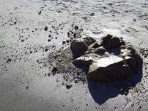 Visages dans le sable Photos stock