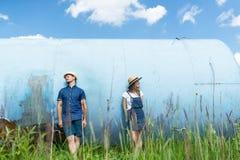 Visages de dissimulation de couples de hippie derrière chapeaux Jouer dehors un beau jour ensoleillé d'été Photographie stock