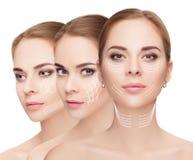 visages de femme avec des flèches au-dessus du fond blanc Escroquerie de levage de visage photographie stock libre de droits
