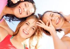 Visages de filles avec des nuances regardant vers le bas Image libre de droits