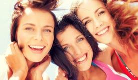 Visages de filles avec des nuances regardant vers le bas Image stock