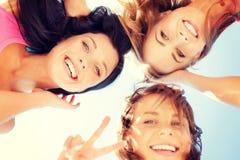 Visages de filles avec des nuances regardant vers le bas Photos stock