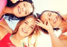 Visages de filles avec des nuances regardant vers le bas Images libres de droits