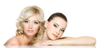 Visages de sensualité de deux beaux jeunes femmes Photo libre de droits