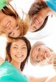 Visages des filles regardant vers le bas et souriant Images stock