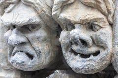 Visages en pierre heureux et fâchés Photographie stock libre de droits