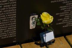 Visages et fleurs au mur Photographie stock