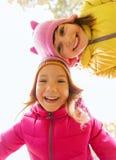 Visages heureux de filles dehors Photographie stock libre de droits