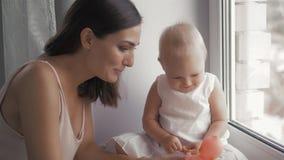 Visages riants de famille heureuse, mère tenant le bébé garçon adorable d'enfant, souriant et étreignant, fin vers le haut de la  Photographie stock