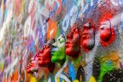 Visages sur le mur du ` s de John Lennon Photographie stock