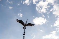 VISAGINAS, ЛИТВА - 23-ЬЕ СЕНТЯБРЯ 2017: Памятник аиста как символ городка Visaginas, Литва Стоковое Изображение RF