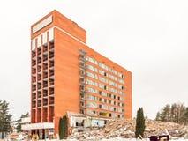 Visaginas, Litauen - 12. Februar 2018: Tageswinteransicht schoss von der Demolierung von Aukstaitija-Hotel Lizenzfreie Stockbilder